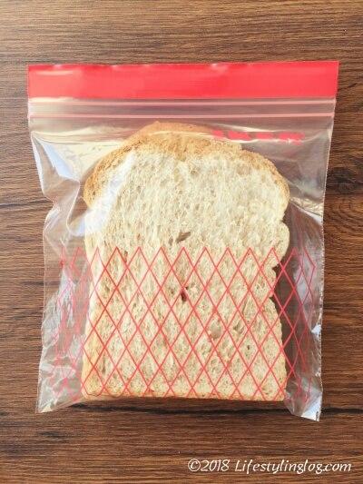 パンを入れたIKEA(イケア)のフリーザーバッグ