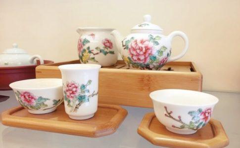 沁園の花柄の茶器