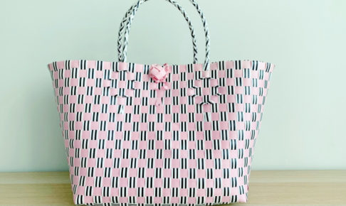 台北の迪化街にある高劍桶店で購入したピンクカラーのカゴバッグ