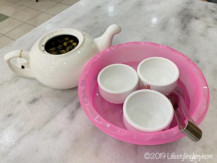 マレーシアの飲茶で提供される中国茶と茶杯