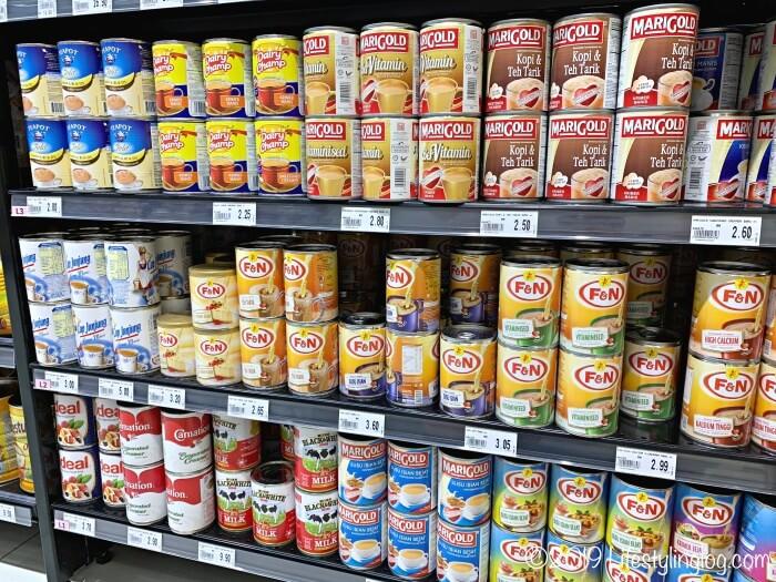 マレーシアのスーパーで販売されているコンデンスミルクとエバミルク