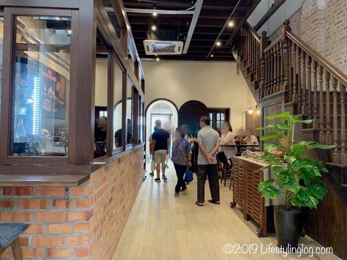 クアラルンプールのチャイナタウン(Jalan Panggong)にあるBeryl's LOT18の店内にある階段とカフェスペース