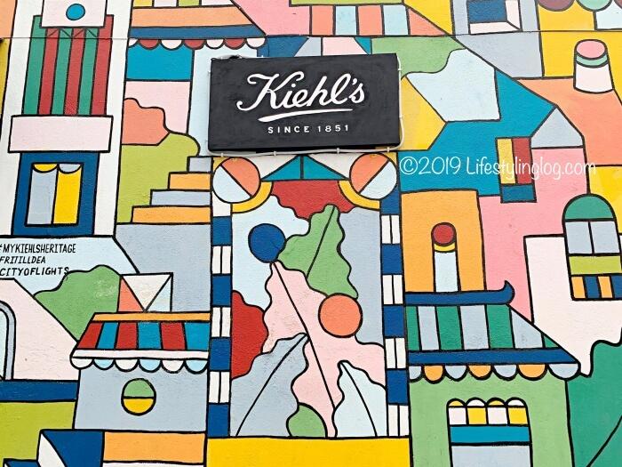 キールズの文字が描かれたクアラルンプールのチャイナタウンにあるストリートアート