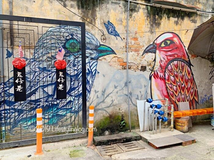 鬼仔巷(Kwai Chai Hong)にある鳥のストリートアート
