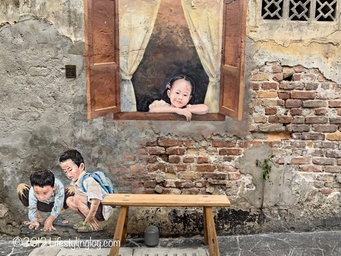 鬼仔巷(Kwai Chai Hong)にある孩子玩彈珠 (Kids playing marbles)のストリートアート