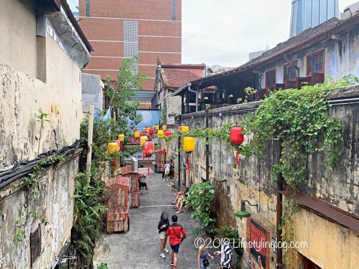 鬼仔巷(Kwai Chai Hong)にある階段の上から見渡す風景