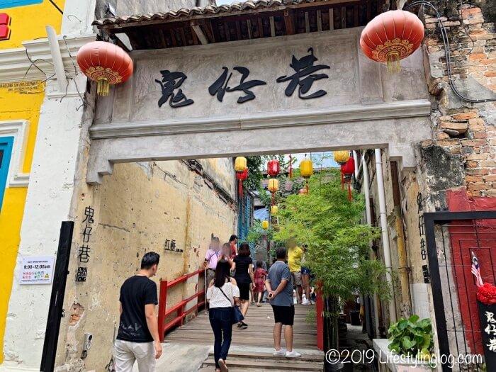 観光客で賑わう鬼仔巷(Kwai Chai Hong)の入口