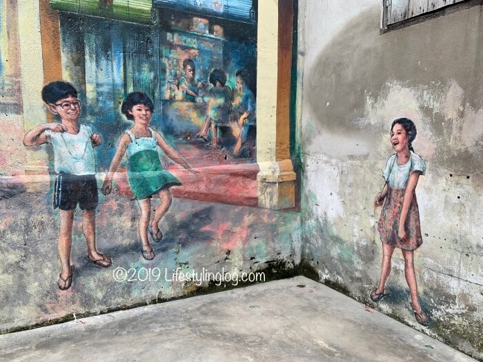 縄跳びで遊び子供たちを描いた鬼仔巷(Kwai Chai Hong)のストリートアート