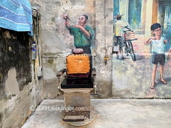 鬼仔巷(Kwai Chai Hong)にある床屋さんのストリートアート