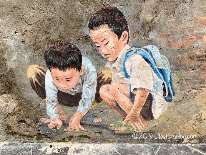 ビー玉で遊ぶ子供たちを描いた鬼仔巷(Kwai Chai Hong)のストリートアート