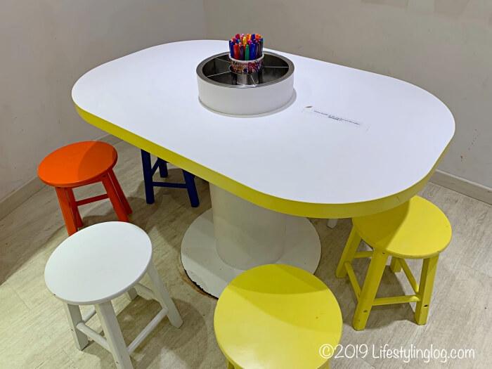 Noodle Doodleコーナーにあるテーブルと塗り絵グッズ