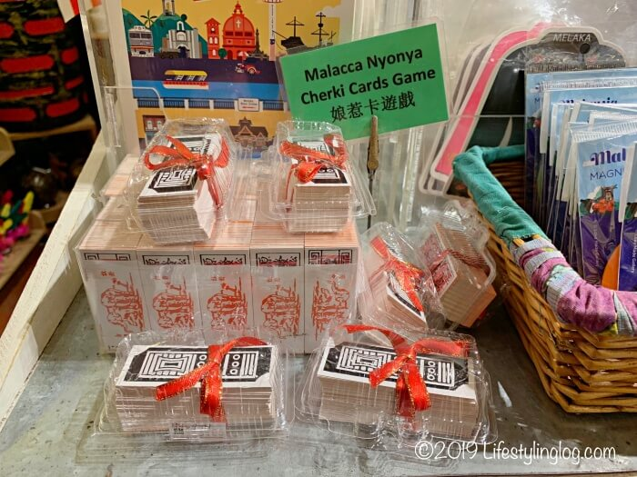 マレーシアのお土産屋さんで販売されているニョニャのカードゲーム(Cherki)