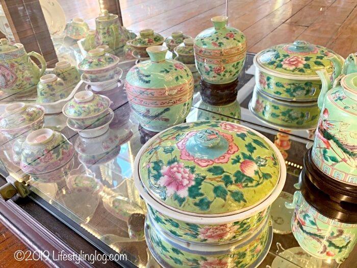 ペナンプラナカンマンションに展示されているプラナカン陶器