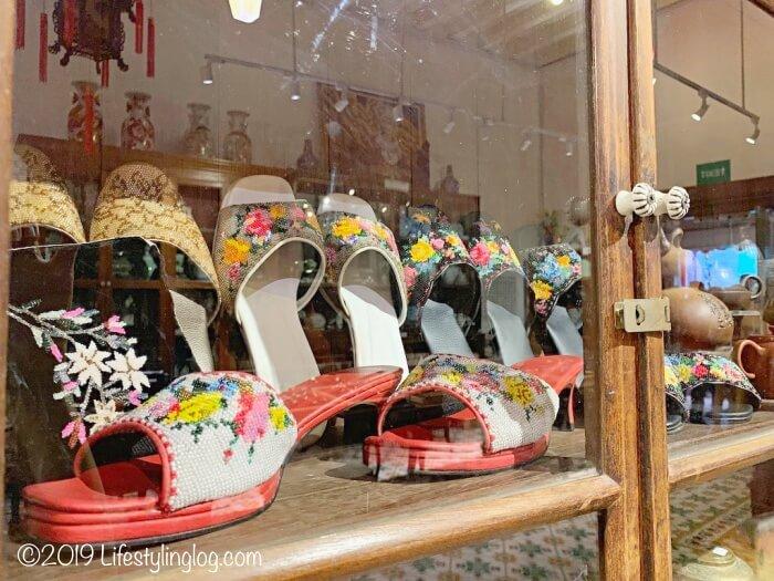 ペナンプラナカンマンションに展示されているニョニャのビーズ靴