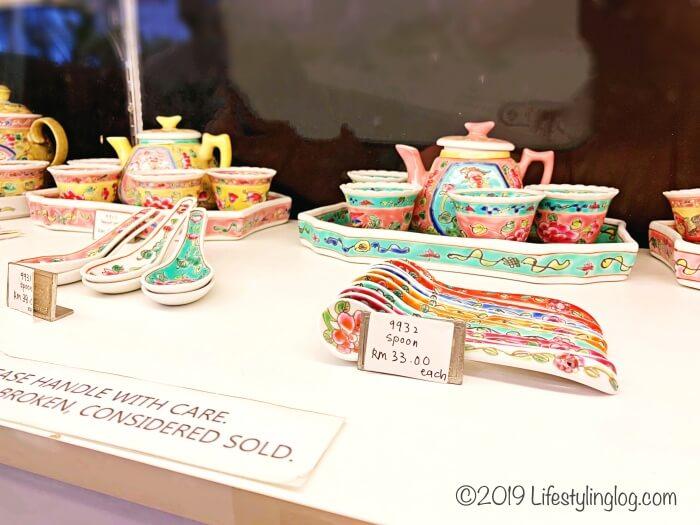 マラッカで販売されているプラナカンデザインのスプーンやティーセット