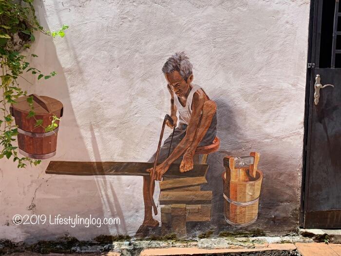 日曜大工をする男性を描いたマラッカのストリートアート