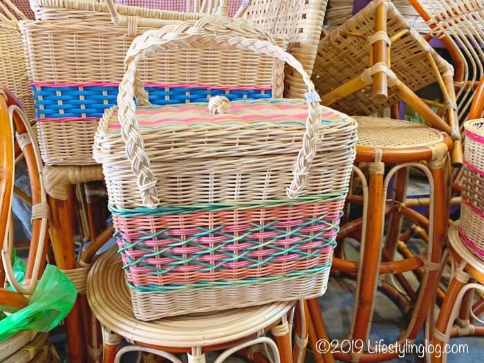 ラタン製のかごバッグ