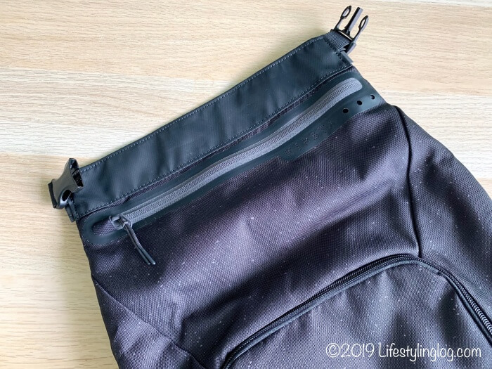 KIPSTA(キプスタ)のIntensive 25 リットルバッグパックのシューズ収納スペースの隠しポケット
