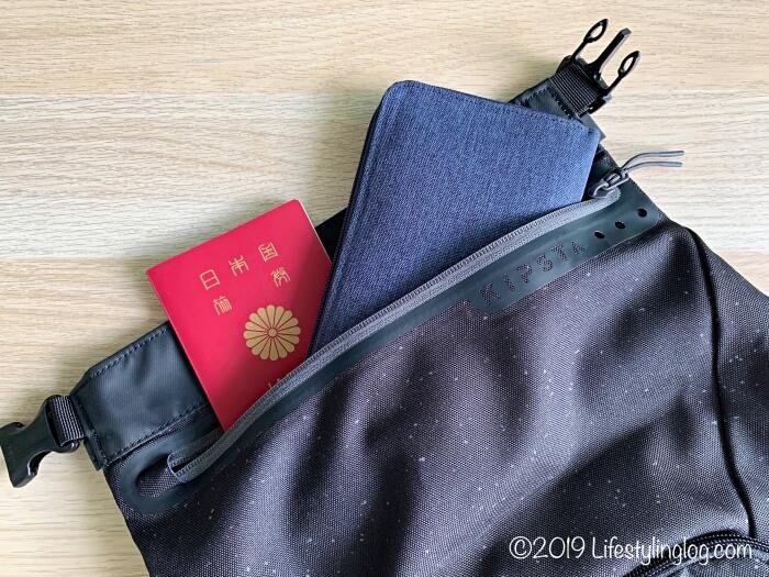 KIPSTA(キプスタ)のIntensive 25 リットルバッグパックの隠しポケットにパスポートを入れたところ