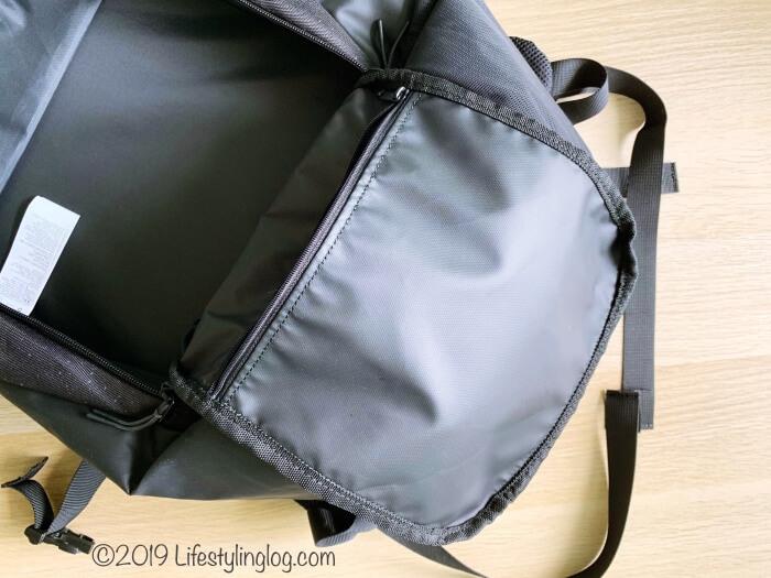 KIPSTA(キプスタ)のIntensive 25 リットルバッグパック本体の収納スペースにある隠しポケット