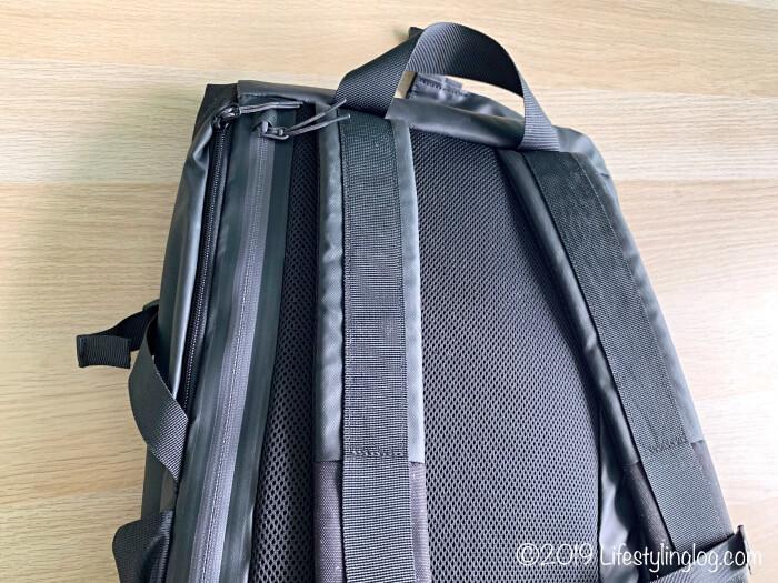 KIPSTA(キプスタ)のIntensive 25 リットルバッグパックの裏側のデザイン