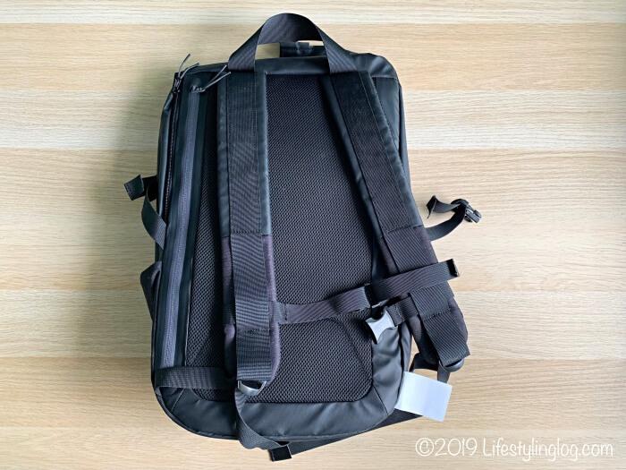 KIPSTA(キプスタ)のIntensive 25 リットルバッグパックの背面のデザイン