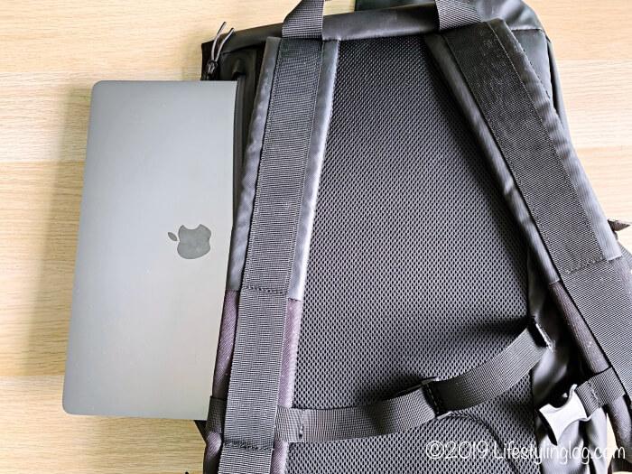 KIPSTA(キプスタ)のIntensive 25 リットルバッグパックの背面にある収納スペースに入れたパソコン
