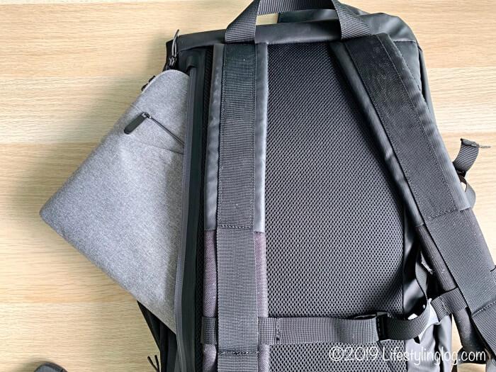 KIPSTA(キプスタ)のIntensive 25 リットルバッグパックの背面にある収納スペースに入れたケース入りのパソコン