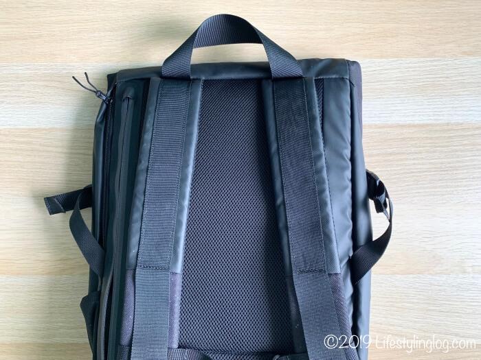 パッド入りのKIPSTA(キプスタ)のIntensive 25 リットルバッグパックの背面とショルダーストラップ