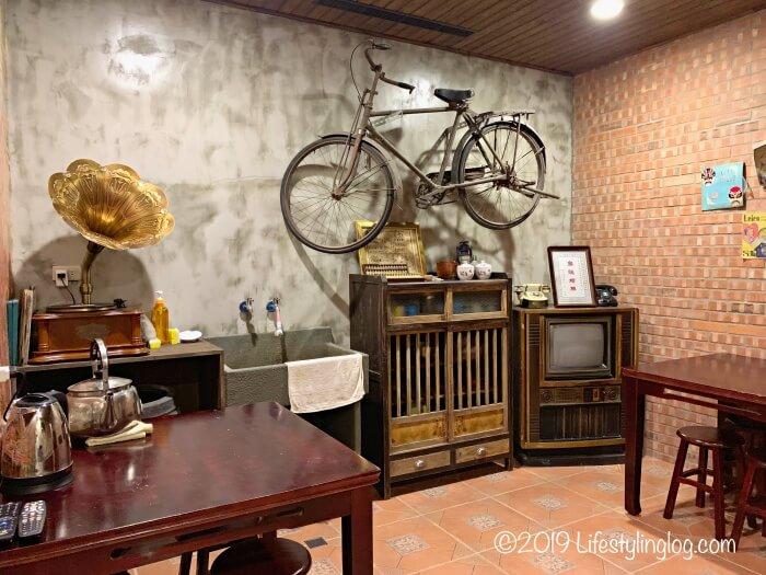 建山大旅社(ジェンシャンホテル)にディスプレイされているレトロな家具