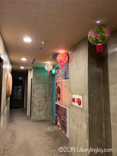 建山大旅社(ジェンシャンホテル)の客室前の廊下