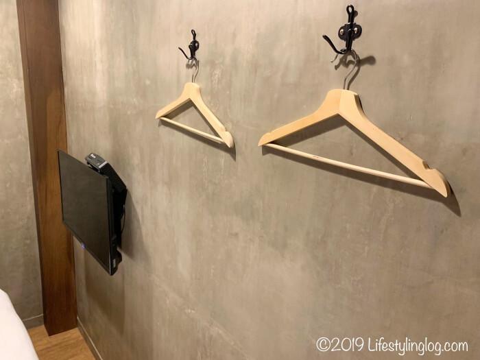 建山大旅社(ジェンシャンホテル)の客室にあるテレビとハンガー