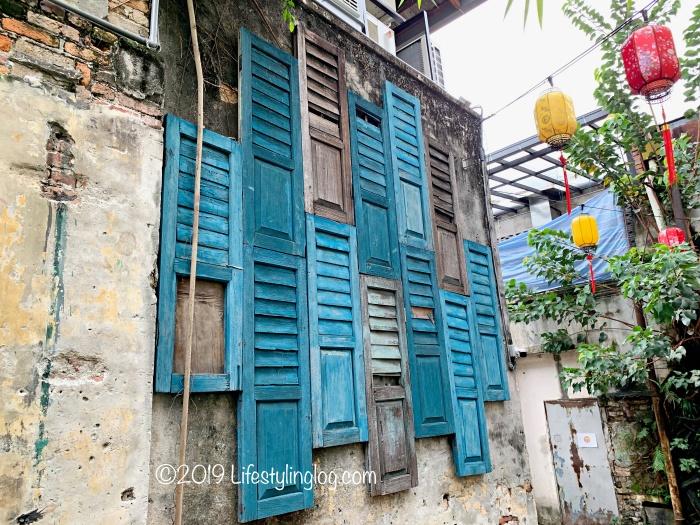鬼仔巷(Kwai Chai Hong)にある古いショップハウスのドアを展示した壁