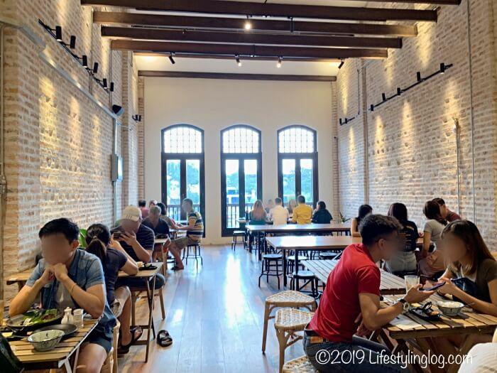 Luckin Kopiの2階エリアにある飲食スペース