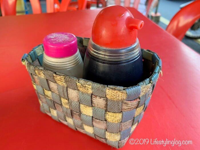 隆安茶室(Lung Ann Refreshments)にある醤油と胡椒