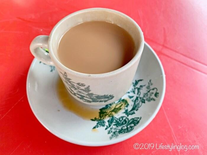 コンデンスミルクと混ぜ合わせた隆安茶室(Lung Ann Refreshments)のTeh(テー)
