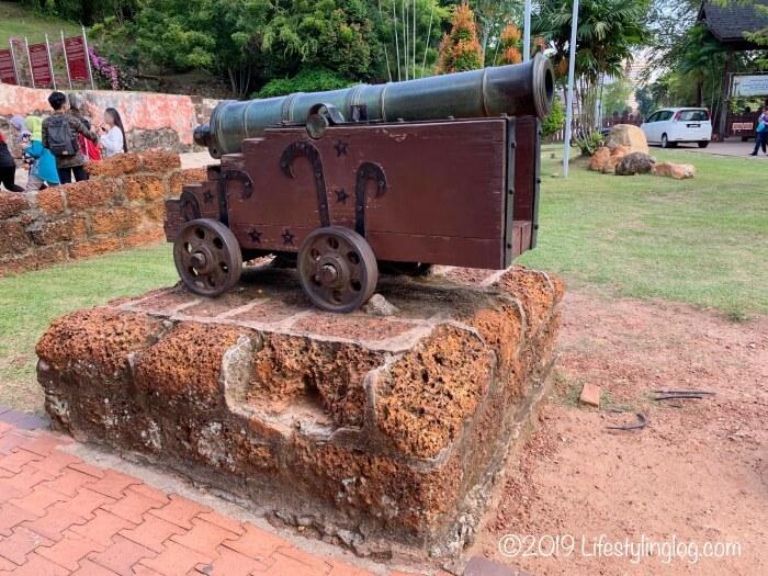ファモサ要塞跡(サンチャゴ砦)近くにある大砲