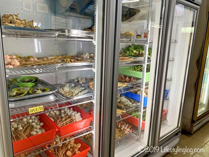 正宗万里香沙爹朱律(Restoran Ban Lee Siang)の店内にある冷蔵庫