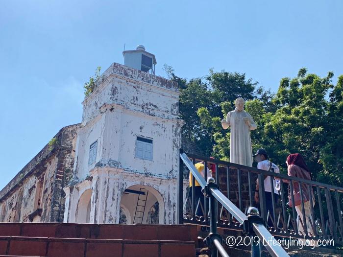 階段の先に見えるフランシスコ・ザビエル像とセントポール教会