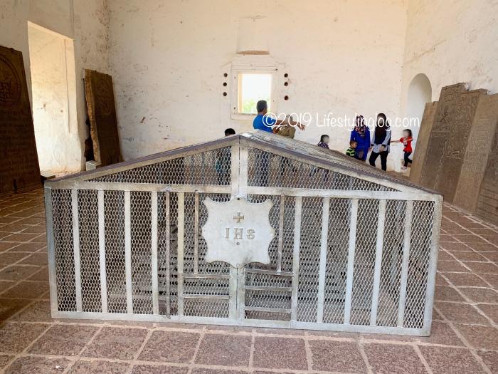 イエズス会を示すIHSのマークとフランシスコ・ザビエルが安置されていた場所にあるフェンス