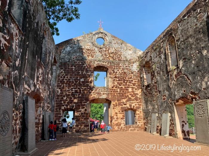 マラッカにある屋根のないセントポール教会の内部