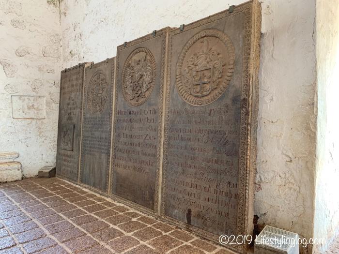 セントポール教会メインホール内に置かれた墓碑