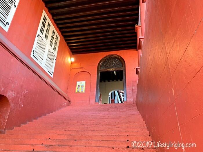 赤レンガ色のStadthuys(スタダイス)の階段