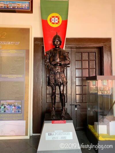 Stadthuys(スタダイス)の博物館にあるポルトガル人の銅像