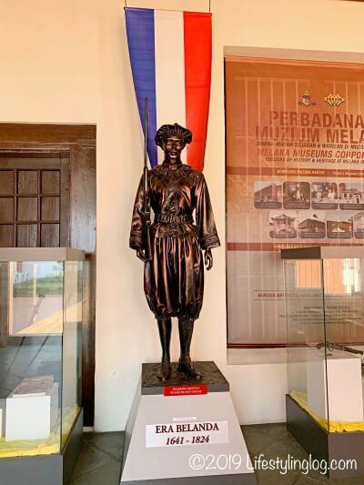 Stadthuys(スタダイス)の博物館にあるオランダ人の銅像