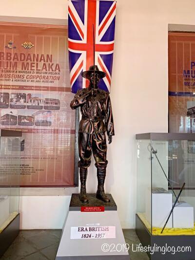Stadthuys(スタダイス)の博物館にあるイギリス人の銅像