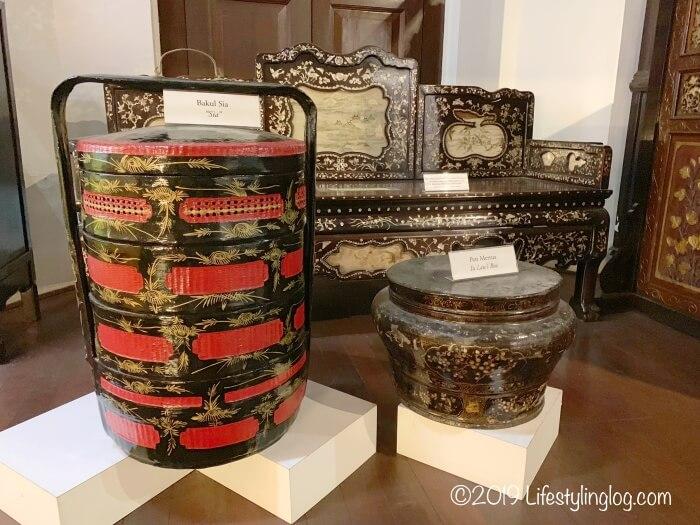 Stadthuys(スタダイス)の博物館に展示されているプラナカンの雑貨類