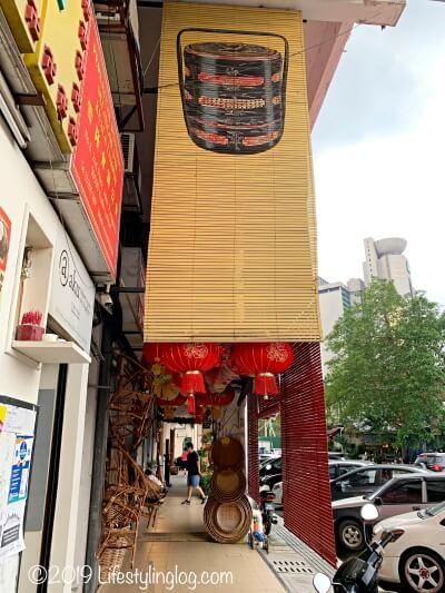 The Basket Shopのお店の前にある通り
