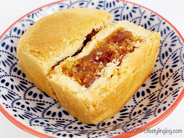 ホロホロのクッキー生地に甘酸っぱい餡が特徴の太陽堂老店のパイナップルケーキ