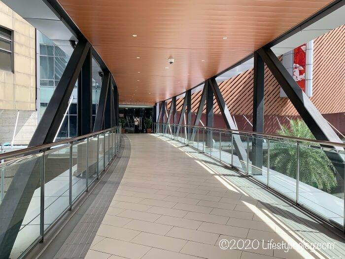 KL Eco Cityとガーデンズを繋ぐブリッジから見えるガーデンズの入口